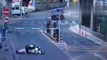 """行车记录仪:大哥骑摩托车抢杆,直接被杆子""""教育"""",当头一棒人晕了"""