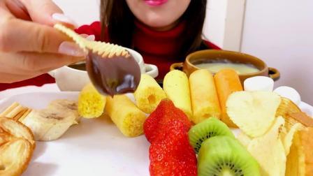 双色巧克力火锅配薯片、棉花糖、饼干棒、水果,简直太诱人了