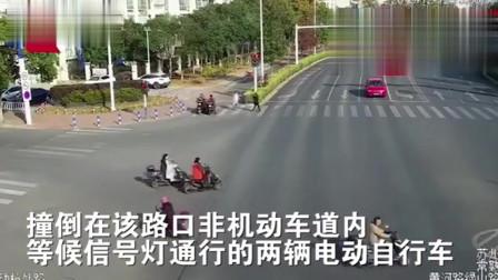 行车记录仪:轿车突然失控冲向绿化带,两电动车等信号灯被撞飞致1死1伤