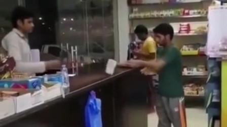 印度:小伙去商店买东西和店员置气,真是高手过招,招招致命