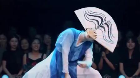 舞蹈风暴:魏伸洲叼着扇子跳朝鲜族舞蹈,帅气舞姿引起观众惊呼不断