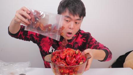 奇葩小伙用魔鬼辣椒炒小龙虾,辣的大呼过瘾,网友:明天菊花残了