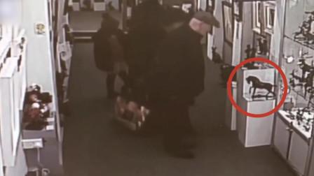 监控:英国70岁老夫妇美术馆行窃 顺走价值1.4万元青铜雕塑