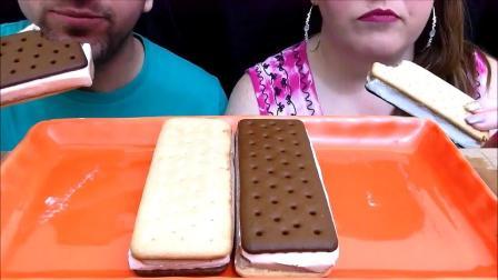 吃货夫妻一起吃曲奇冰淇淋三明治,听咀嚼音就感觉超级甜蜜呀