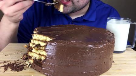 胡子小哥吃一整个自制浓郁榛子巧克力蛋糕,看起来超级甜腻啊
