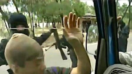 杨吉光真枪实弹抢运钞车,怎料下秒傻眼了,当场被团团包围!