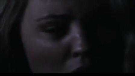 三十极夜:美女躲在角落,发现小女孩独自走在街道,竟出去救人