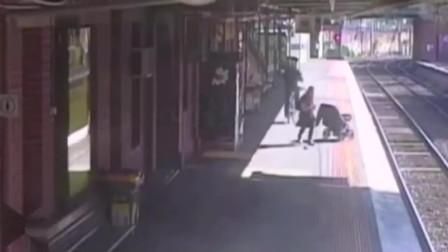 灵异事件:国外火车站台,女子正向出口走去,监控拍下了这样的画面