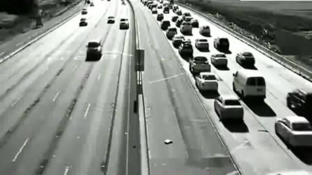 灵异事件:高速监控拍下离奇一幕,行驶中的轿车神秘消失了