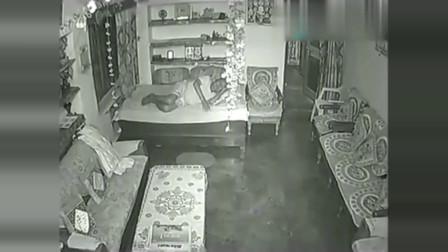 灵异事件:国外男子夜寝不安,查看监控后令他后背一阵发凉!