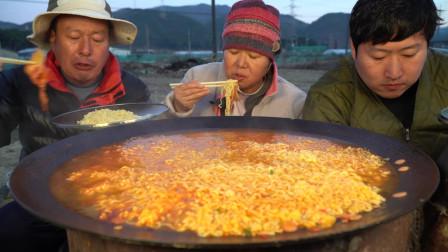 韩国农村家庭的一顿饭,今天吃方便面配泡菜,吃得有滋有味啊