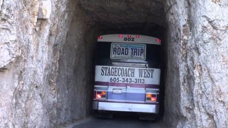 """世界最危险的一条公路,""""针眼""""隧道宽2.8米,巴士紧挨墙壁通行"""