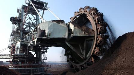 """中国引进""""巨型""""挖掘机,自重700吨高72米,一天花费12万油费"""