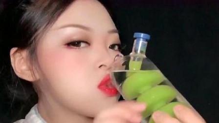 小姐姐吃辣条+喝透明色饮料,呲溜呲溜的声音非常好听