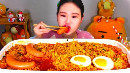 韩国大胃王卡妹,试吃麻辣牛肉面和脆皮肠,这吸溜声听着真过瘾啊