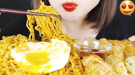 吃播咀嚼音:大胃王吃火鸡面,脆皮炸鸡,薯条,胃口真好!