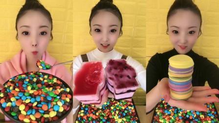 美女试吃巧克力豆和草莓蛋糕,巧克力小饼干,看着很好吃的样子,小朋友们喜欢吗?