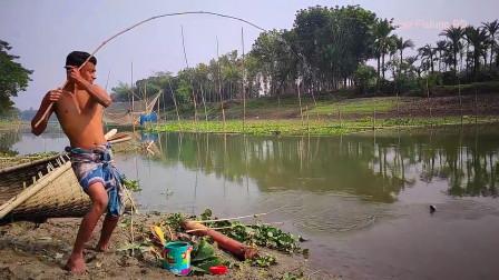 小哥河边钓鱼,三竿连发收获更多,看看他都钓到了什么鱼?