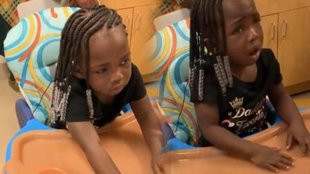 聋哑女童出生首次听到父母声音,她激动咬住双手,反应令众人落泪