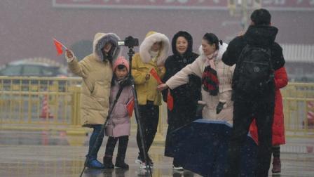 太羡慕了 在大雪纷飞的天安门广场看升旗