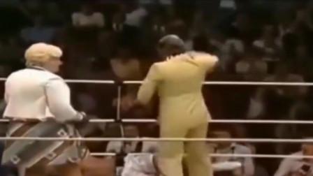 拳王阿里被80岁老太KO!引来台下一片笑声