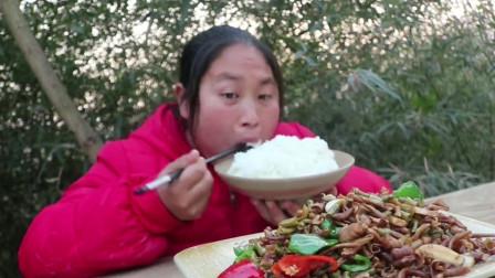 胖婶嘴馋自制鸭肠下饭菜,配上泡椒爆炒,直呼太费米饭了