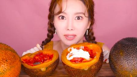 一种长相很怪异的水果,小姐姐却吃的津津有味,这到底是什么