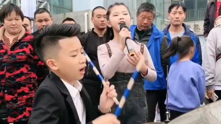 12岁女孩翻唱《缘分一道桥》,弟弟用架子鼓伴奏,不输原唱!