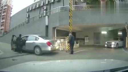 行车记录仪女司机下车不拉手刹溜车,一旁的保安很无奈
