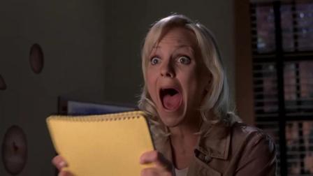 惊声尖笑3:姑娘看见一张纸条,上面写了两个单词,她却吓得尖叫