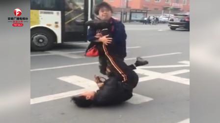 大妈与小伙街头打架,大妈将小伙按在地上扇打,小伙全程无力反抗