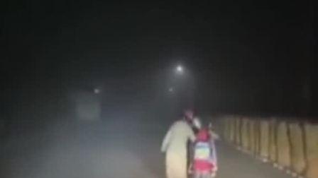 母子黑夜中推车前行,烟台市民崔园园驾车路过,担心不安全,于是打开车灯一路跟随,照亮母子前行的路。#人间温暖