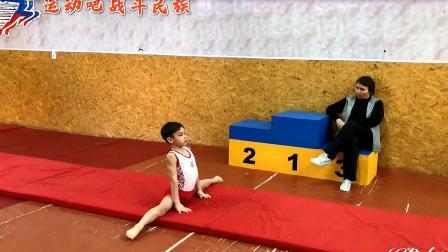 腿软了!外国小男孩体操测试第一个上场,紧张到站不稳