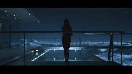 《遗落战境》女子走向泳池,杰克微微一笑瞬间就明白了。