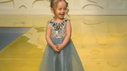 3岁萌娃走秀遭遇失误,下一秒的临场反应太可爱,成为全场焦点