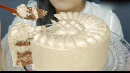 吃货小姐姐:小姐姐吃珍珠色鲜奶油巧克力蛋糕,看起来甜腻腻,口感很棒