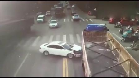 """女司机""""神操作"""",秒后惊险发生,不是监控谁信!"""
