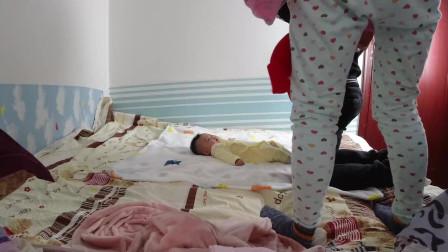 北漂小夫妻在家给宝宝拍百日照,宝妈费劲千辛万苦逗宝宝,宝爸表示拍个照真难