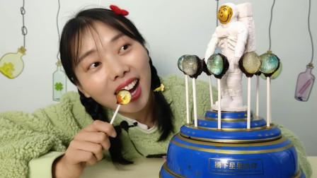 """小姐姐吃""""太空八音盒星空棒棒糖"""",透亮梦幻颜值高,甜蜜音乐响"""