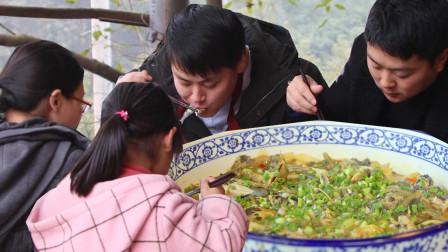 有7种别称的黄颡鱼,农村小哥1次煮3斤,酸香开胃大口啃鱼扒饭真过瘾