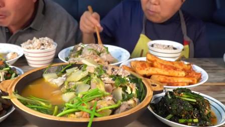 《韩国农村美食》炖的软嫩入味的鱼块,配上清炒小蘑菇,老两口的晚饭真丰盛