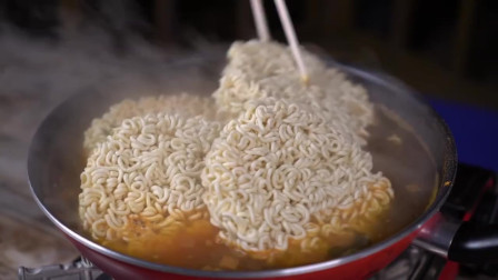《韩国农村美食》热乎乎的海带拉面,配上爽口的辣白菜,胖儿子呼噜呼噜吃的好香