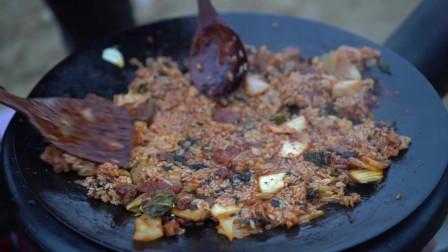 《韩国农村美食》肥厚鲜美的五花肉,配上酸辣可口的辣白菜,一点都不腻