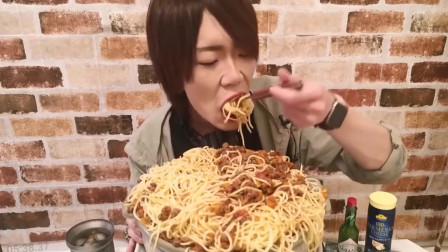 吃播:日本大胃王小哥吃很大一盆意面,大口吃真过瘾,一般人都吃不了