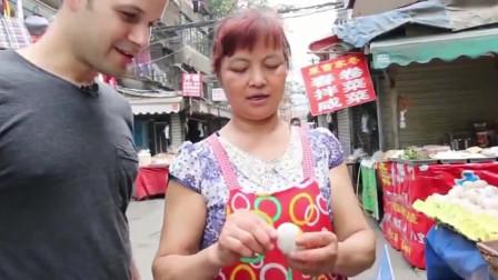 吃货老外远赴四川试吃成都小吃,超正宗的脆皮鸭和松花蛋,你吃过吗
