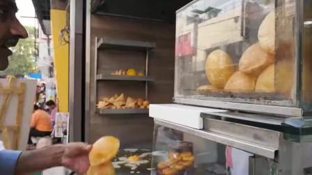 吃货老外挑战印度街头美食,整整一大块加了鹰嘴豆和香菜的大饼, 你敢吃吗