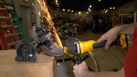 中国的安全鞋到底有多安全,老外拿电锯进行测试,果然名不虚传