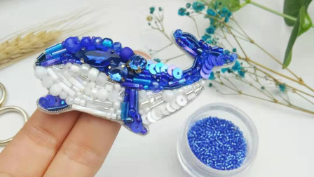 手工珠绣:用各种珠子做一个海豚,真的挺好看,还很简单哦