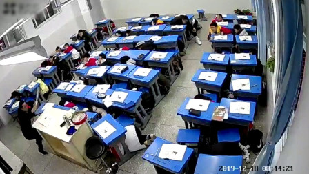 四川资中5.2级地震:学生集体趴课桌底下 学校紧急疏散学生