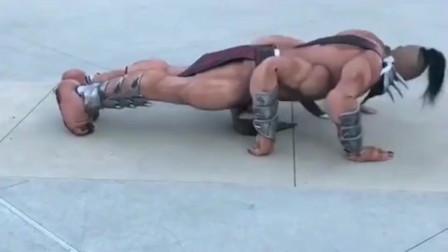 街头偶遇肌肉男锻炼,你这是什么节奏,真是没看明白!
